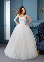 Невероятно нежное свадебное платье с цветком на поясе
