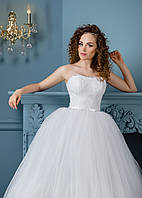 Свадебное платье с миниатюрным поясом и аппликациями на лифе и подоле изделия
