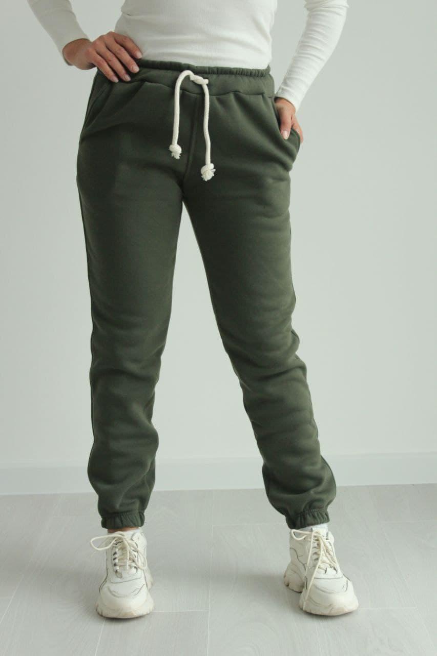 Теплі жіночі спортивні штани штани на флісі стильні №333.11 колір хакі