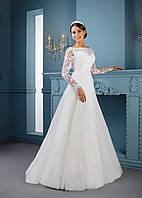 Трогательное свадебное платье украшено райскими цветками и превосходными декольте