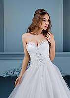 Поразительное свадебное платье с сердцеобразным верхом и райским, воздушным шлейфом