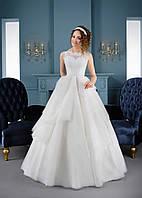 Замечательное свадебное платье с воланами на юбке и превосходной прозрачной спинкой с пуговичками