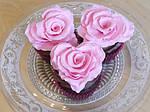 Украшаем кексы розами