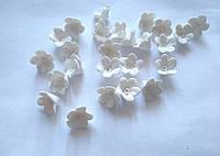 Білі маленькі квіточки з полімерної глини