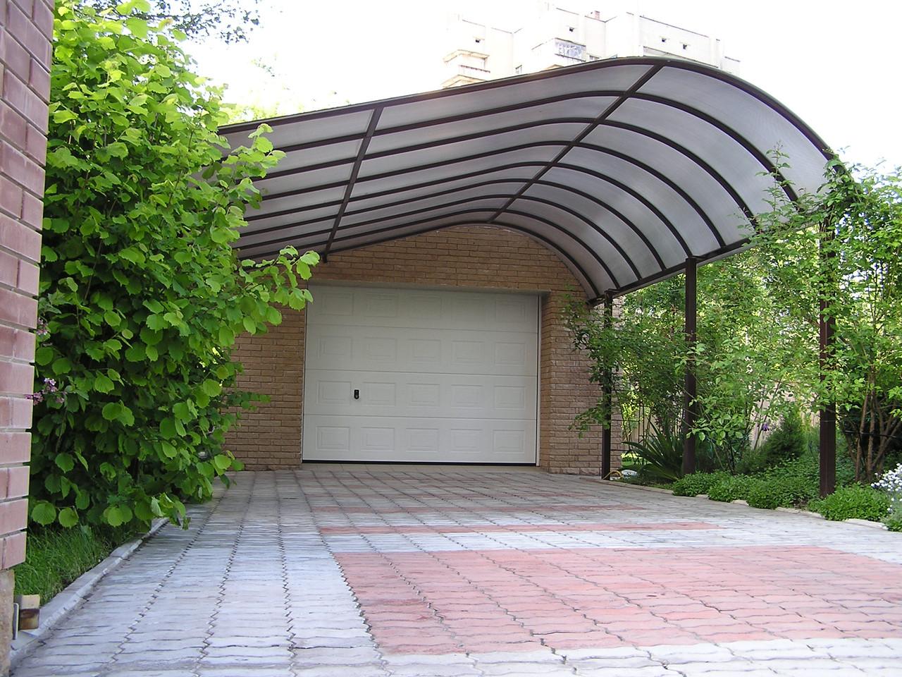 Навесы из поликарбоната во дворе частного дома