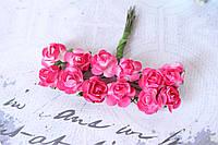 Декоративные бумажные цветочки, розы для скрапбукинга 1,5 см 12 шт/уп. на ножке ярко-розового цвета Польша