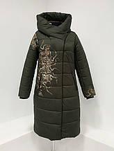 """Зимнее женское длинное пальто с принтом """"Каронс"""", зелёное"""