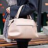 Стильная бежевая удобная дорожная сумка Дафл через плечо с короткими ручками, фото 4