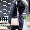 Зручна міська бежева жіноча міні сумка почтальонка крос боді через плече, фото 9