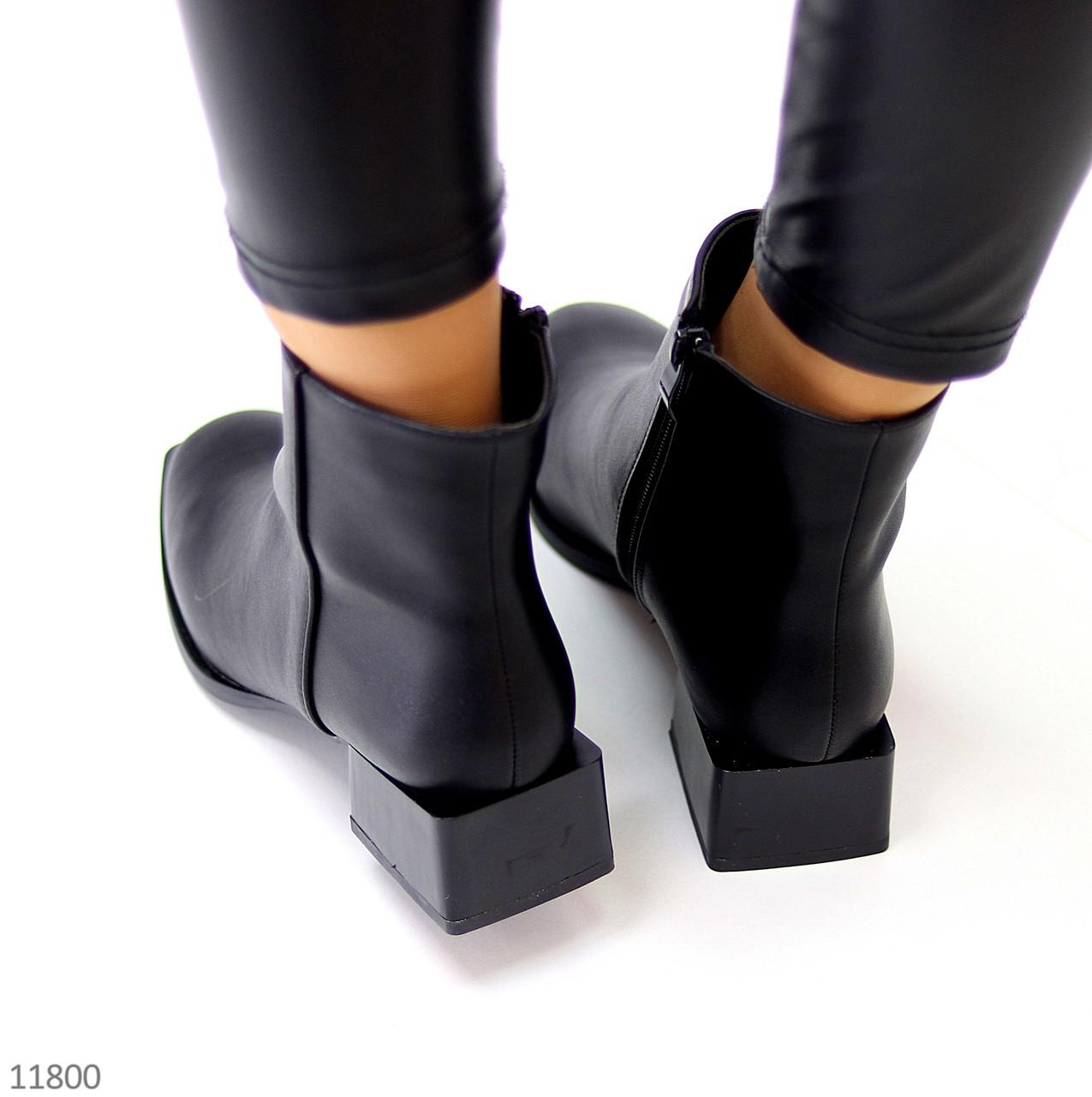 Стильні лаконічні чорні ботильйони жіночі черевики на низькому фігурному підборі