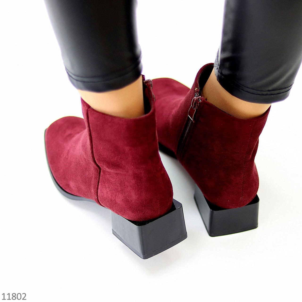 Лаконічні бордові замшеві ботильйони жіночі черевики на низькому фігурному підборі
