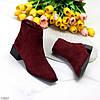 Лаконичные бордовые замшевые женские ботинки ботильоны на низком фигурном каблуке, фото 7