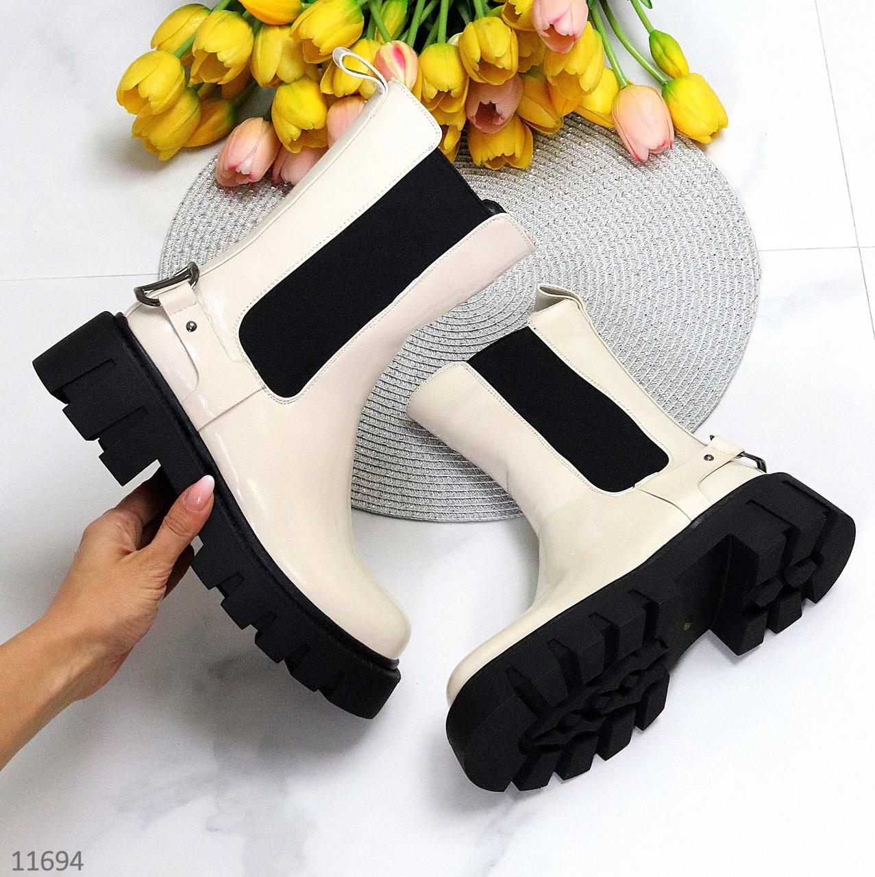 Високі глянцеві світлі бежеві жіночі черевики челсі з еластичними вставками з боків 36-23,5 см