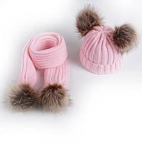 Зимняя шапка бини и шарф с помпонами из искусственного меха комплект 2 в 1 Рожевий
