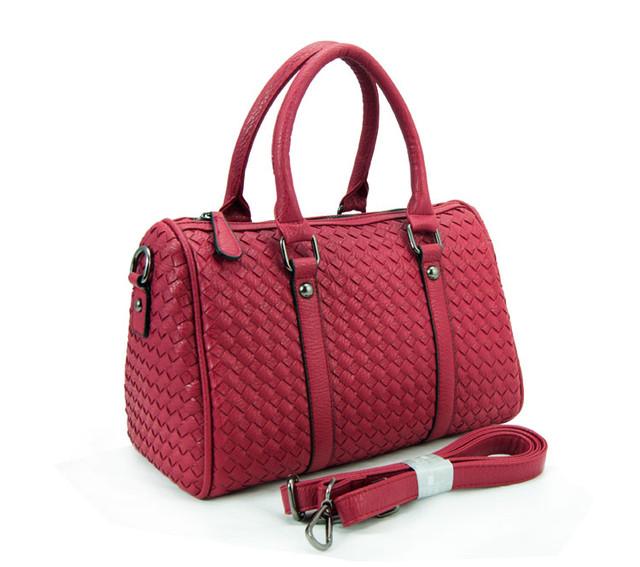 Женская красная сумка Boston с ремнем через плечо вид сбоку.