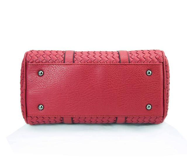 Женская красная сумка Boston вид снизу.