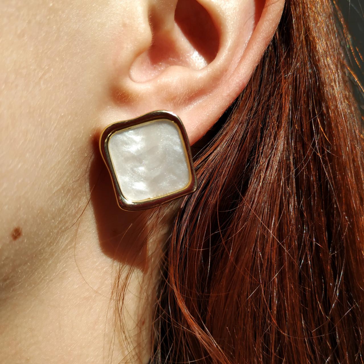 Сережки квадратні білі FASHION з медичного сплаву, жіночі сережки гвоздики квадрат позолота