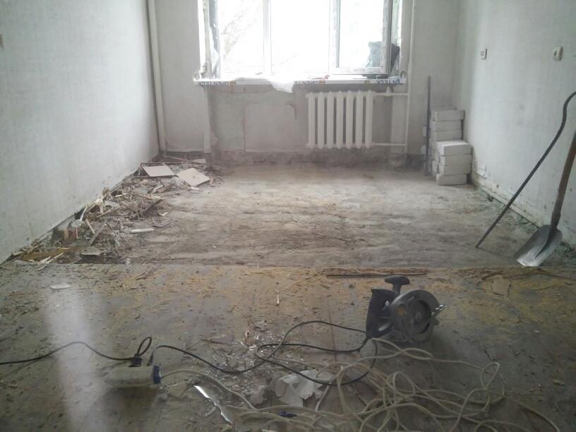Ещё один ряд фотографий (четыре снимка), посвящённый демонтажу деревянного пола в квартире (пр. Правды, 72 кв.м.)