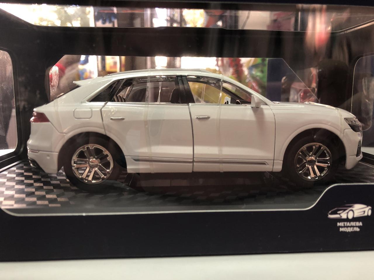 Коллекционная машинка Audi Q8 1:24, белая (GT-5250)