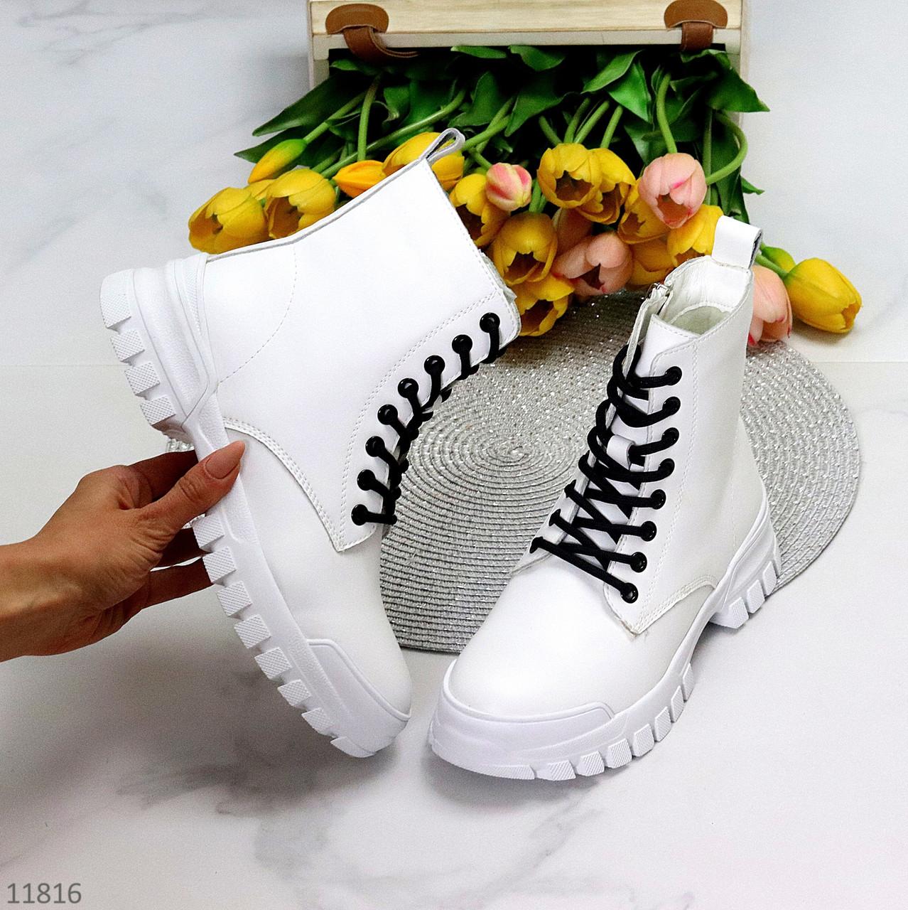 Молодіжні шкіряні білі жіночі чоботи натуральна шкіра на чорній шнурівці