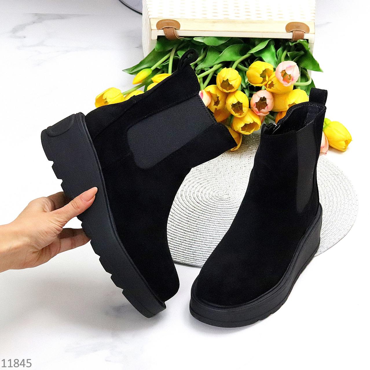 Замшеві чорні жіночі зимові черевики челсі з еластичними вставками з боків