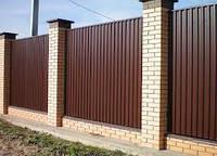 Забор из профнастила на кирпичных колоннах