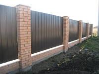 Забор из профлиста на кирпичных колоннах