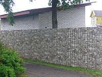 Забор из профнастила под камень на металлических столбах