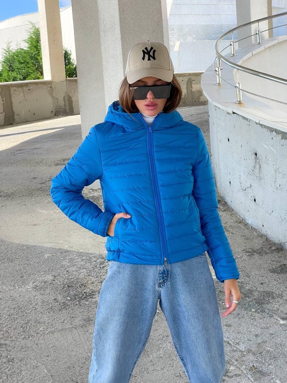 Короткая демисезонная синяя куртка с капюшоном женская