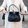 Елегантна чорна міська жіноча сумка кисет із зручною ручкою, ремінь через плече, фото 6
