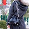Елегантна чорна міська жіноча сумка кисет із зручною ручкою, ремінь через плече, фото 7