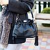 Елегантна чорна міська жіноча сумка кисет із зручною ручкою, ремінь через плече, фото 9