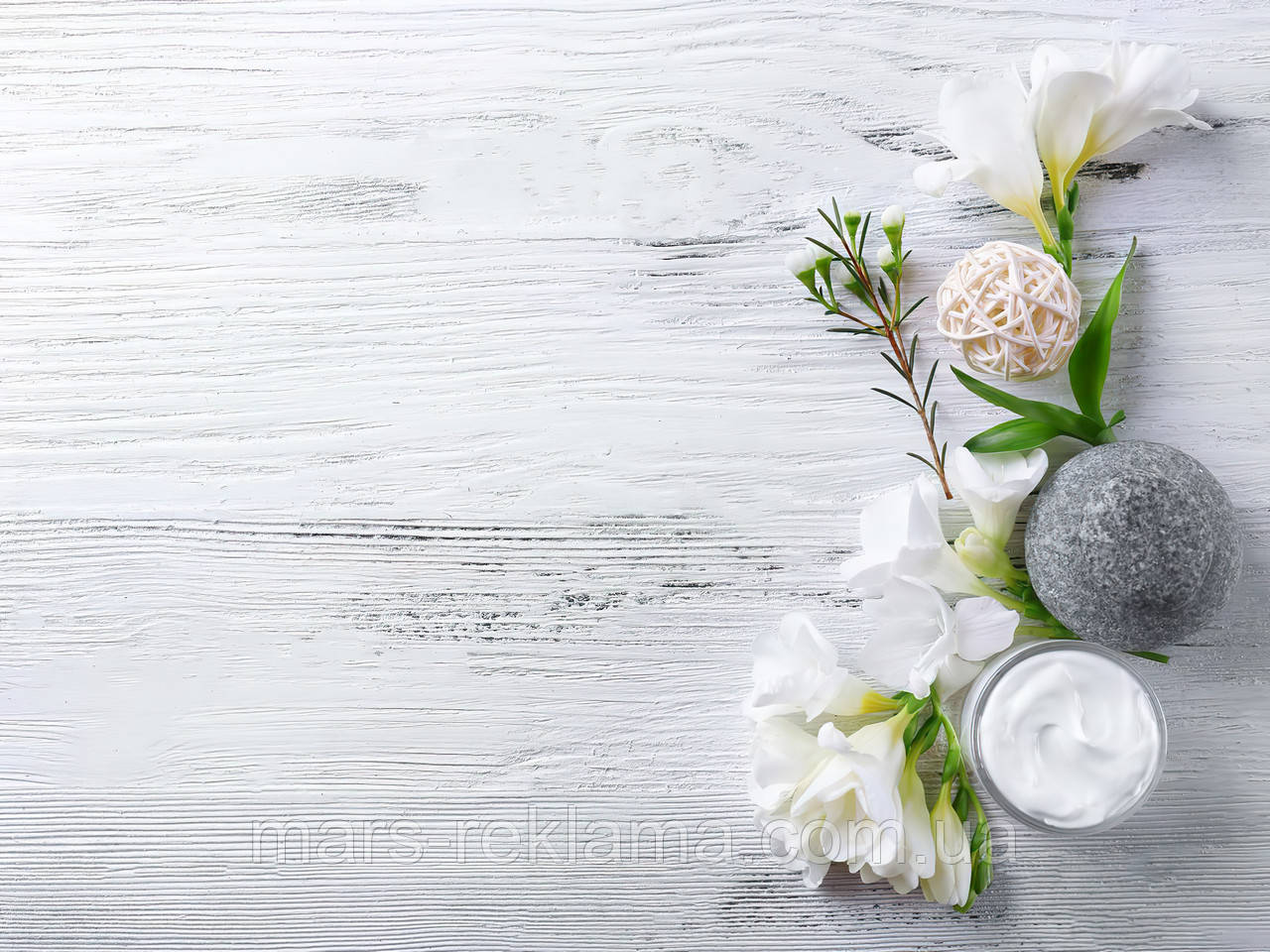 Вініловий фон (фотофон) студійний для предметної зйомки. Дерев'яні дошки. Білі квіти