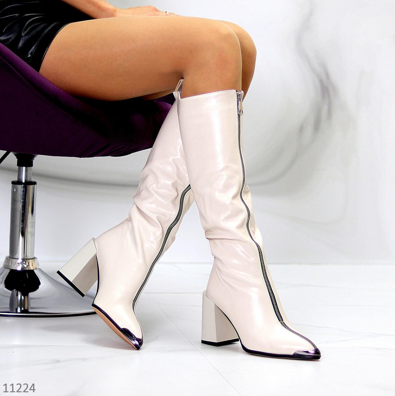 Изящные бежевые высокие женские сапоги на флисе на удобном каблуке