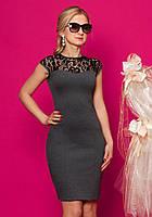Женское трикотажное платье с гипюром серого цвета с коротким рукавом. 50, Серый