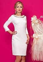 Женское трикотажное платье-футляр молочного цвета с рукавом три четверти.