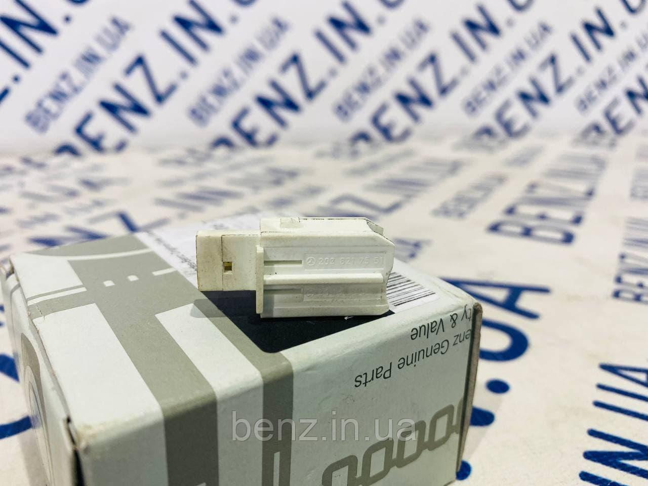 Вимикач дистанційного розблокування багажника Mercedes W221 A2038217551