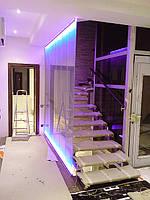 Лестничное ограждение из стекла с подсветкой