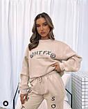 Жіночий спортивний костюм на флісі з трехнити з написами бежевий сірий 42-44 46-48 оверсайз з накаткою принт, фото 3