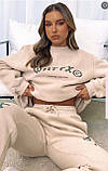 Жіночий спортивний костюм на флісі з трехнити з написами бежевий сірий 42-44 46-48 оверсайз з накаткою принт, фото 2