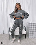 Жіночий спортивний костюм на флісі з трехнити з написами бежевий сірий 42-44 46-48 оверсайз з накаткою принт, фото 4