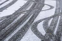 Гальмування на снігу: літні шини проти зимових