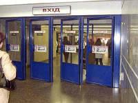 Реклама на дверях в метро Киева