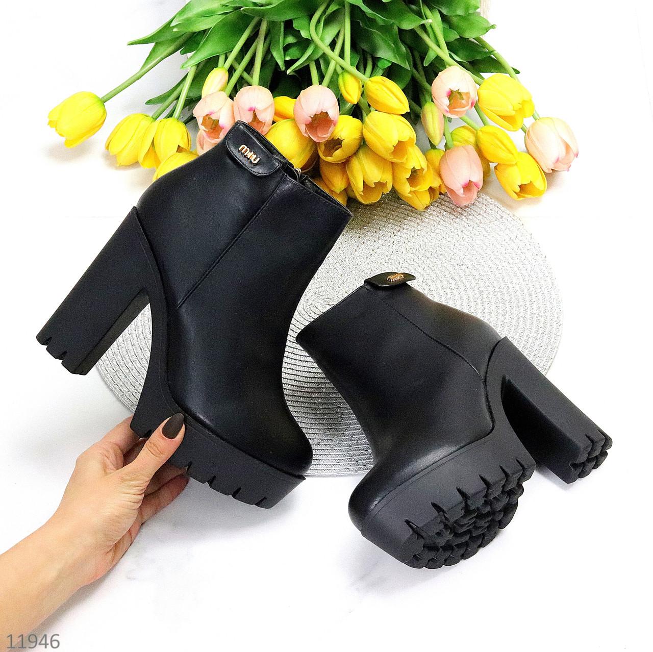 Лаконічні чорні зимові жіночі черевики ботильйони на високому каблуці