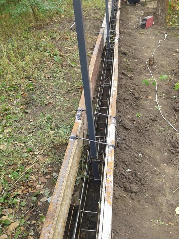 Первым этапом были установлены и забетонированы столбы, после была выставлена опалубка для бетона. В качестве опалубки под фундаментную ленту использовалась специальная модульная конструкция из плит ОСБ и металлокаркаса