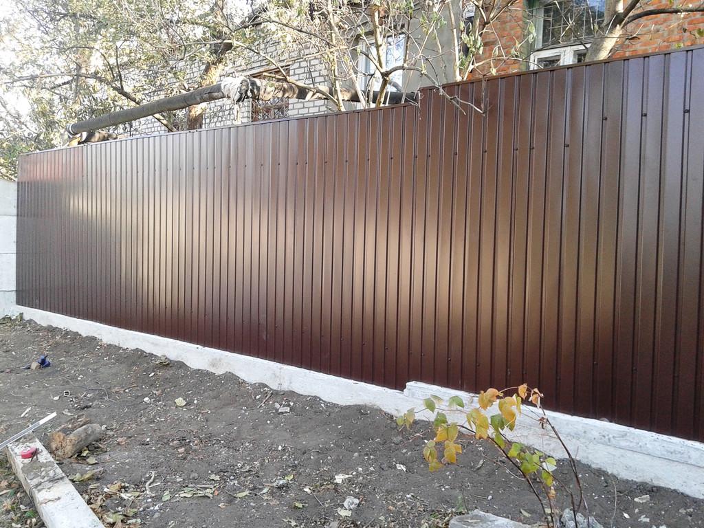 Забор из профнастила с бордюрной бетонной лентой, П-планкой имеет законченный и основательный вид