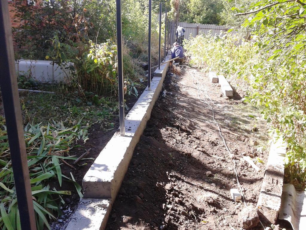 Забор из профнастила с фундаментной лентой 2
