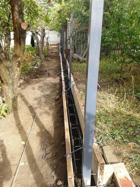 Для прочности фундаментной ленты, армирования бетона применяется каркас из арматуры