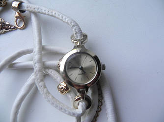 Часы стильные с круглым циферблатом и длинным ремешком из  (красный, белый, коричневый)