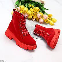 Яркие красные замшевые женские зимние ботинки молния+шнуровка низкий ход, фото 3